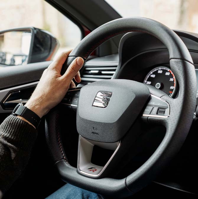 detalle del volante de uno de los modelos de coches seat fr