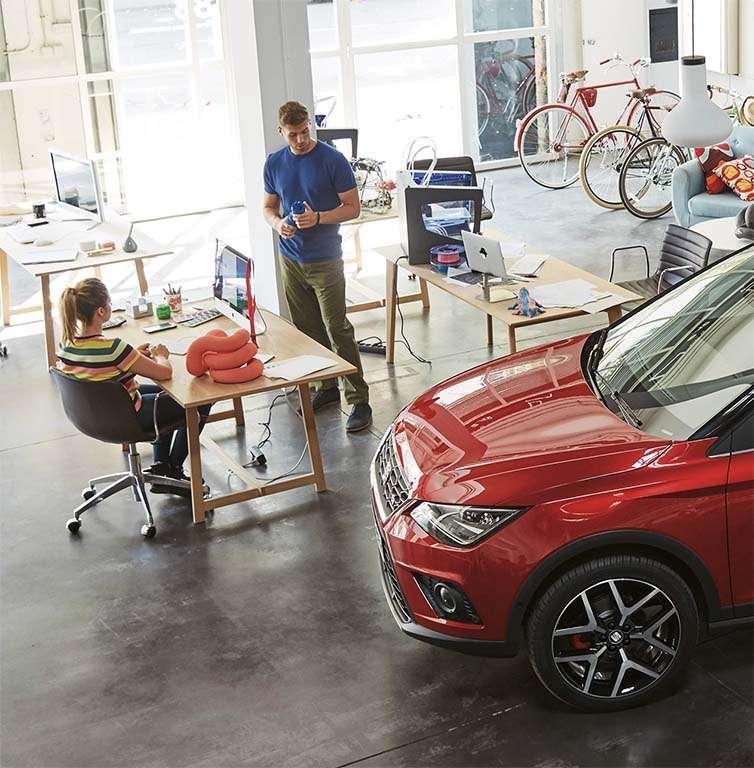 uno de los modelos de coches seat dentro de una oficina
