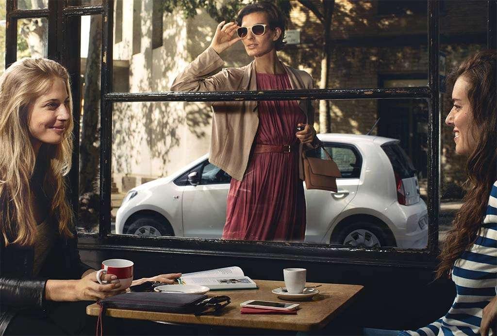 uno de los modelos de coches seat detras de tres mujeres