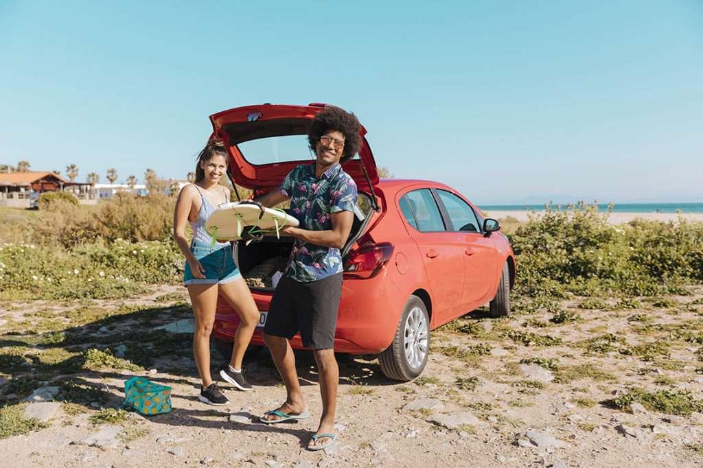 Dos amigos disfrutando de uno de los mejores coches para jóvenes