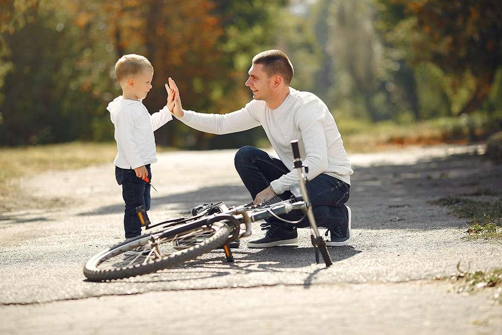 momento familiar entre padre e hijo con bicicleta