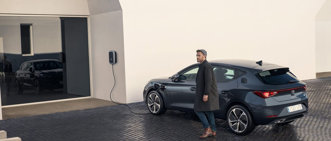 seat leon e-hybrid enchufado en proceso de recarga