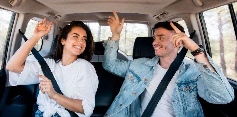 Bailar y escuchar música en el coche en pareja